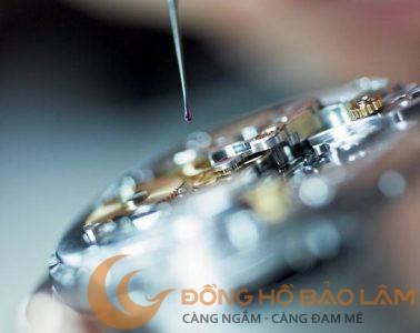 dong-ho-co-bao-lau-lau-dau-mot-lan-khi-nao-can-lau-dau-dong-ho-Bovet-Watchmaker-Oiling-servicing_rolex_lubrication